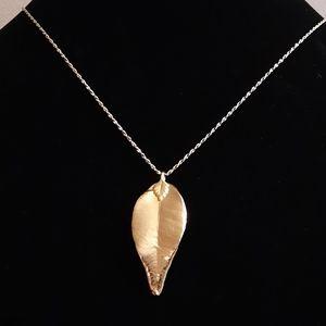 Vintage Avon Gold tone Leaf Pendant Necklace